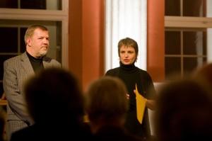 Der Stellvertretende Bürgermeister Ulrich Böttcher begrüßt zusammen mit Judith Rüber die Gäste der Bach-Weihnacht